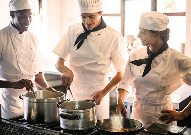 Une équipe de restaurateurs avec cuisine au gaz